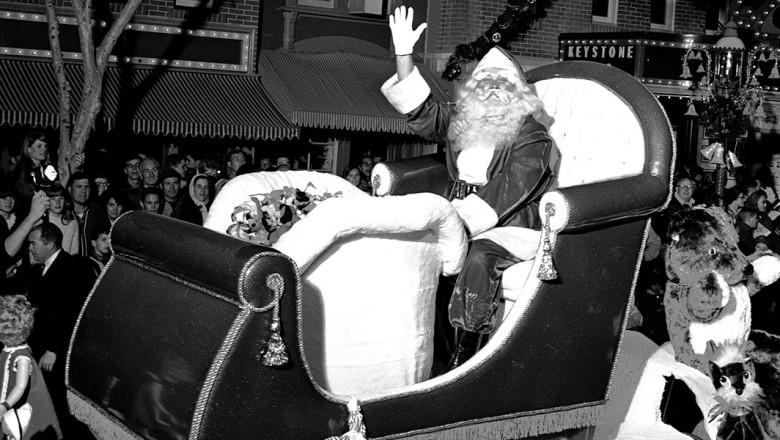 Anciennes Parades des Resorts Américains NOV24-christmas-show-parade-TDID1180x600-780x440